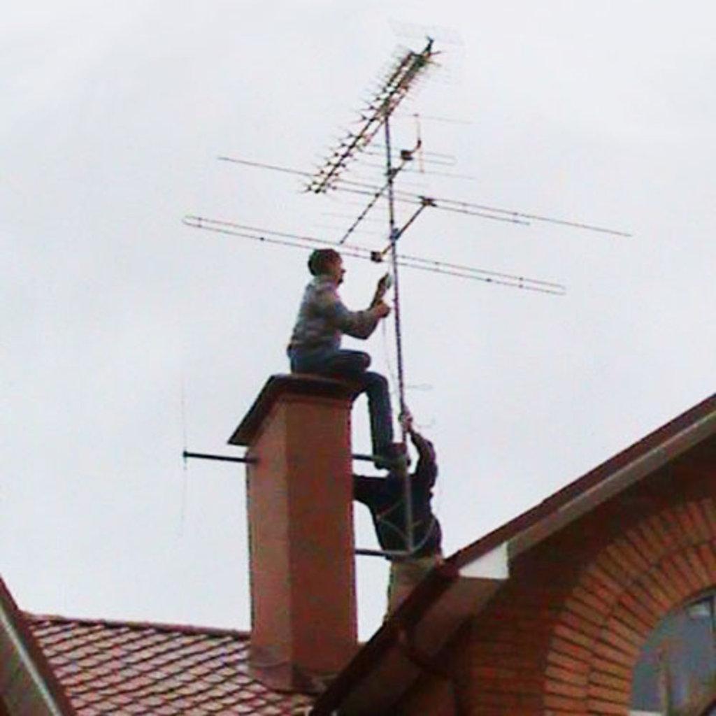 Монтаж, обслуживание спутникового,  антенного оборудования: МОНТАЖ (УСТАНОВКА) АНТЕННЫ ТЕЛЕВИЗИОННОЙ КОЛЛЕКТИВНОЙ ВСЕХ ВИДОВ в Антенн-Сервис