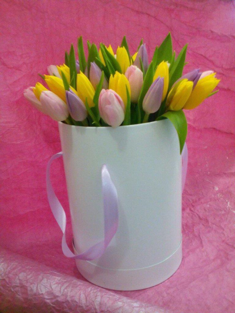 Цветы в коробке: Тюльпаны в круглой коробке в Николь, магазины цветов