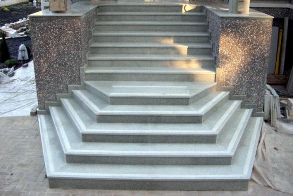 Лестницы: Лестница камень натуральный природный гранит в ассортименте, изготовление на заказ в Салон каминов Октава