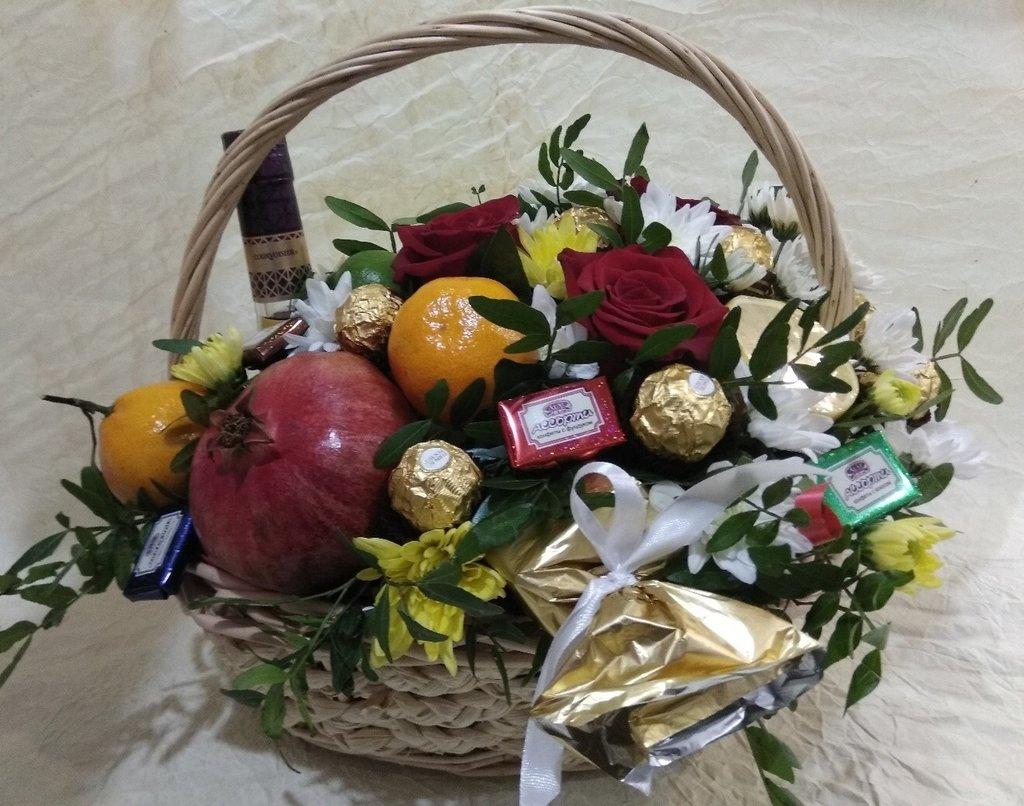 Букеты из конфет, фруктов, овощей, чая: Корзина с цветами и фркутами в Николь, магазины цветов