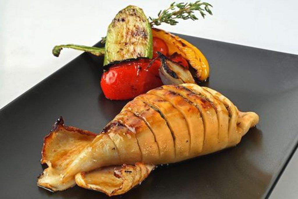 Банкетное меню: Кальмар гриль фаршированный овощами 150гр в Смак-нк.рф