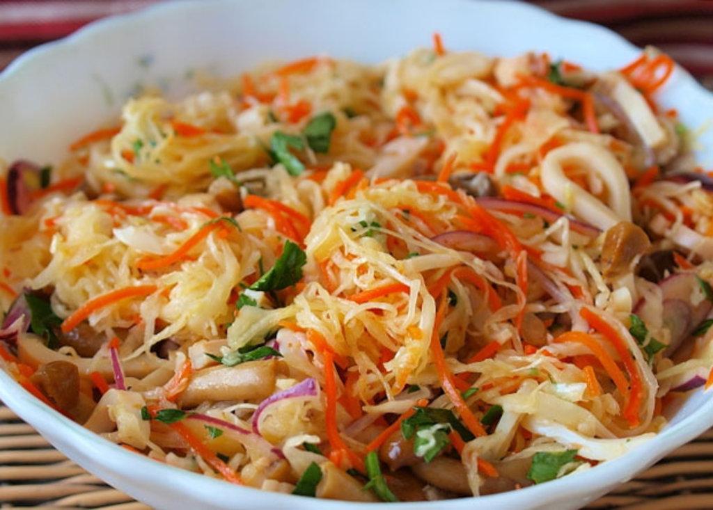 Салаты: Салат из квашеной капусты и маринованных грибов 150 гр. в Коко-пицца