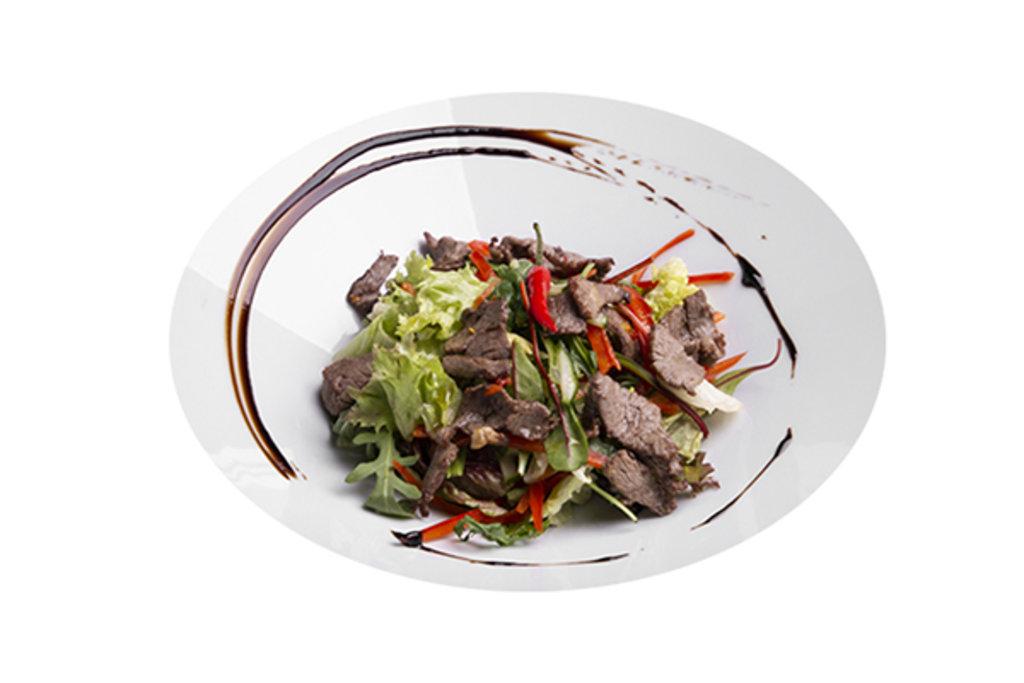 Теплый салат с говядиной в Black Rabbit