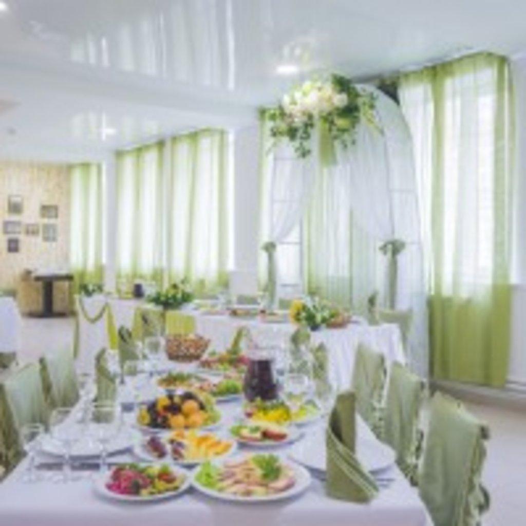 Банкетное меню: Ассорти соленых рыб на подушечке из зеленого салата в Обедовъ