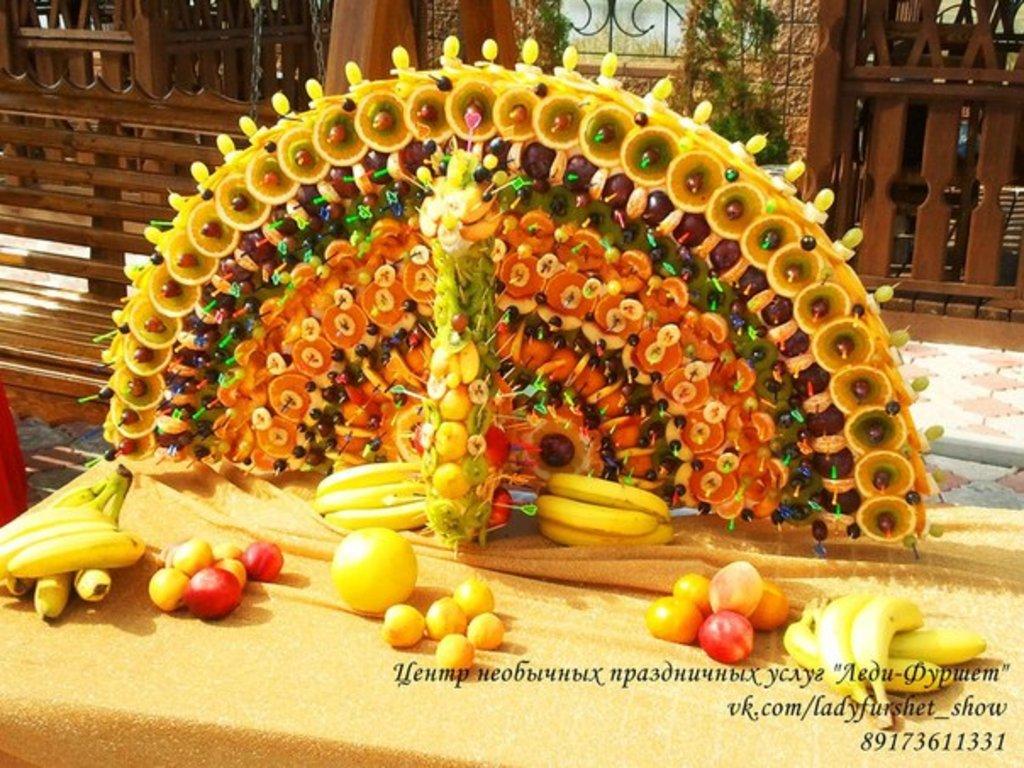 фото павлин из фруктов