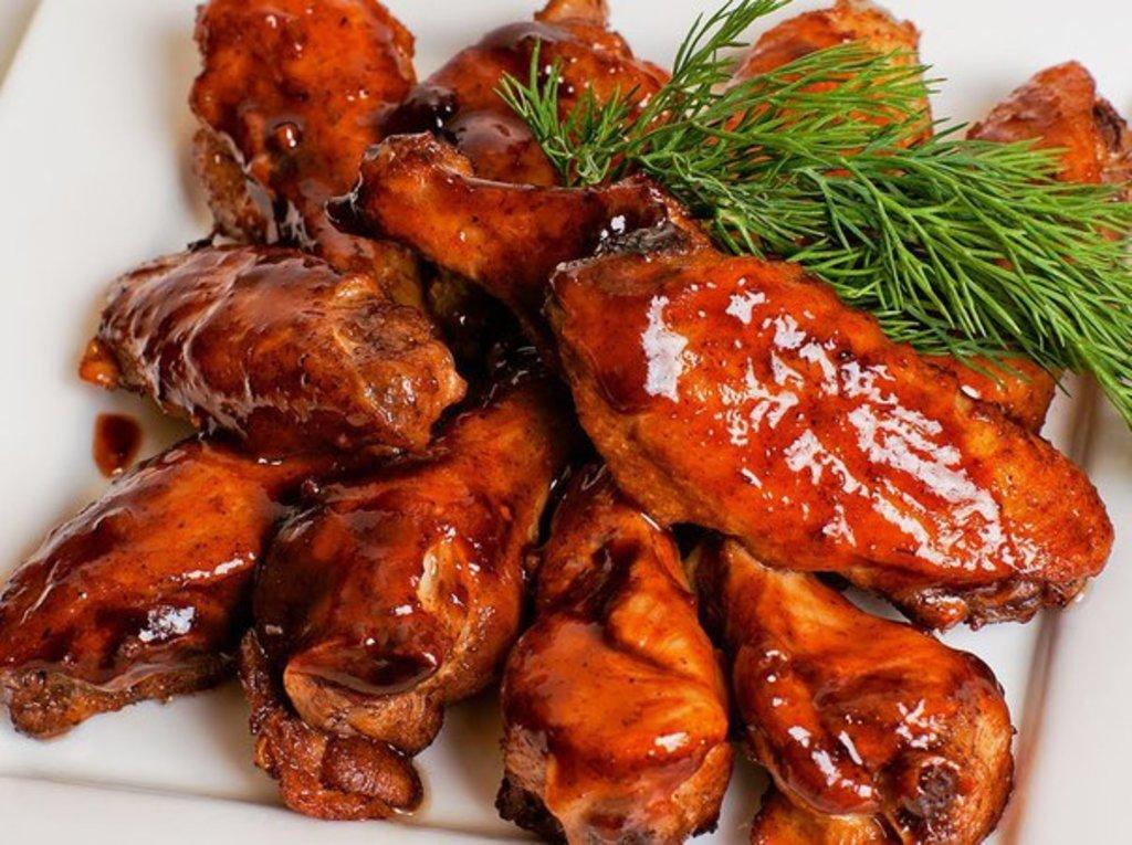 Закуски: Крылышки жаренные в соусе Маринар в Квартал