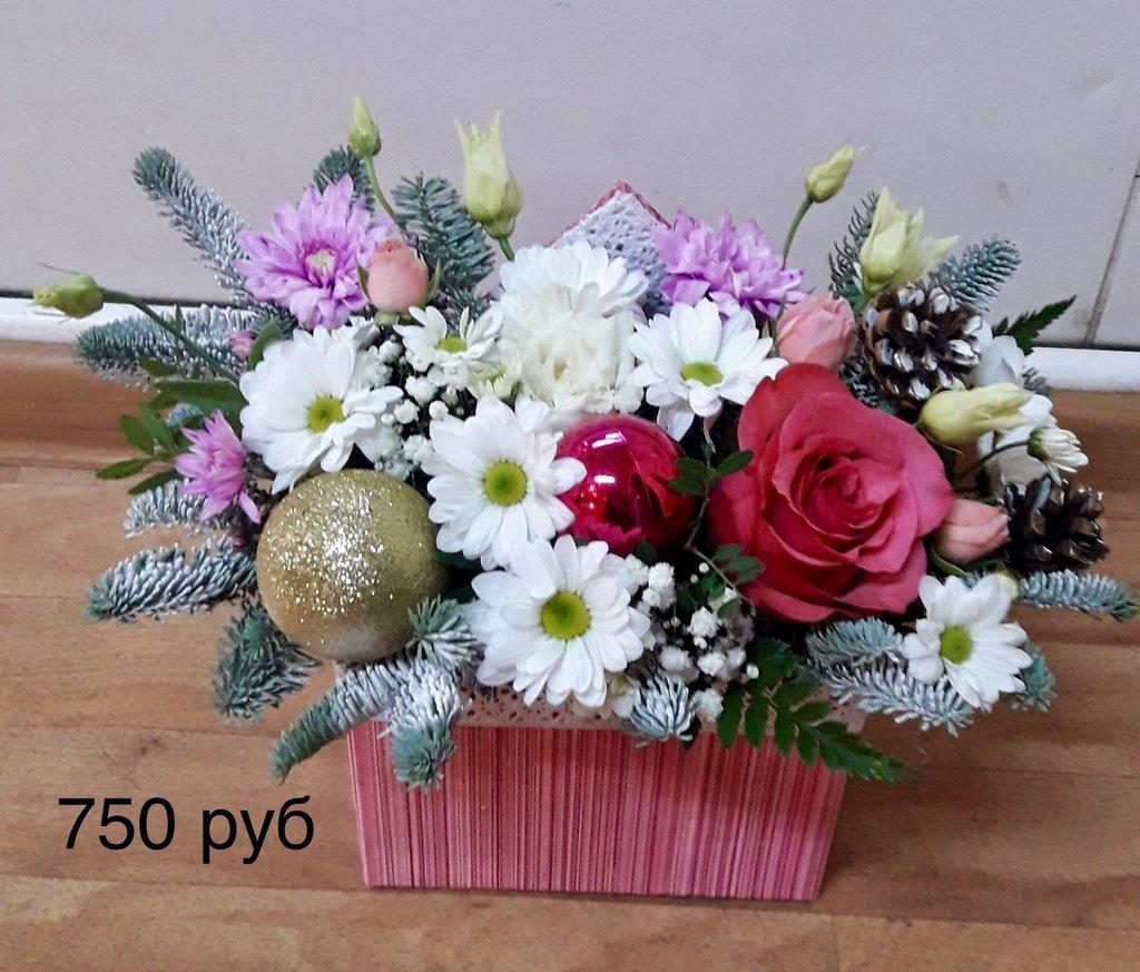 Композиции из живых цветов: Композиция из живых цветов с елью в Николь, магазины цветов