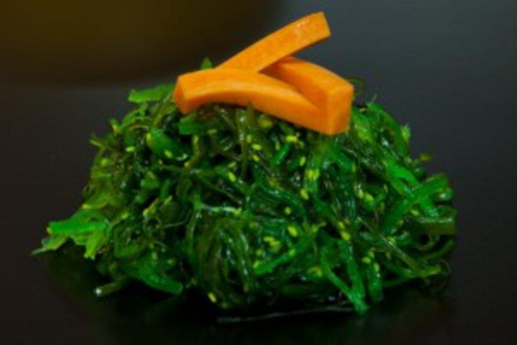 Салаты: Салат Чука с ореховым соусом в Sushin
