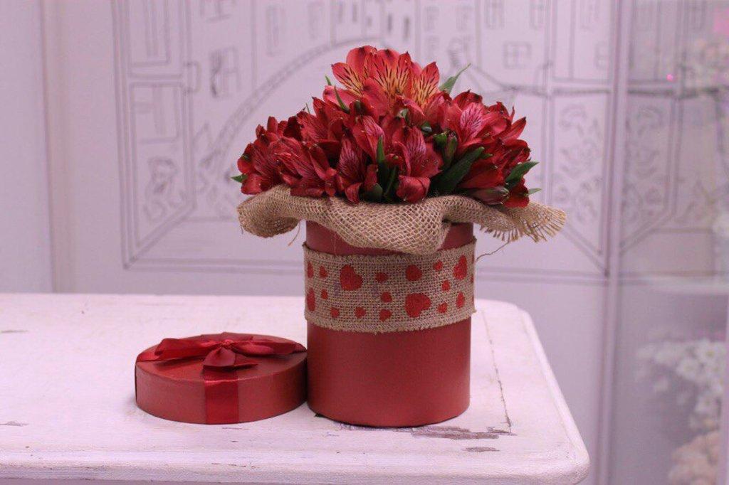 Цветы в коробке: Альстромерия в круглой коробке в Николь, магазины цветов