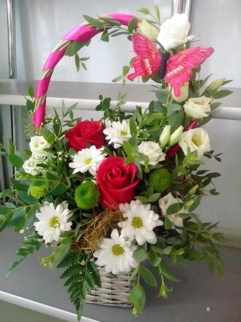 Композиции из живых цветов: Композиция в корзине в Николь, магазины цветов