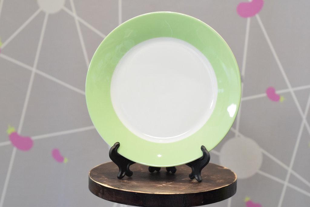 """Декоративные тарелки: Тарелка керамическая белая с каймой """"Цветная"""" в Баклажан, студия вышивки и дизайна"""