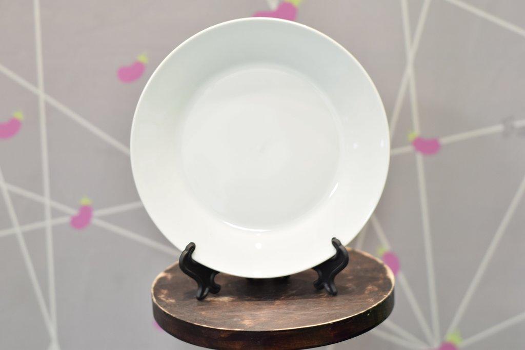 Декоративные тарелки: Тарелка белая керамическая в Баклажан, студия вышивки и дизайна