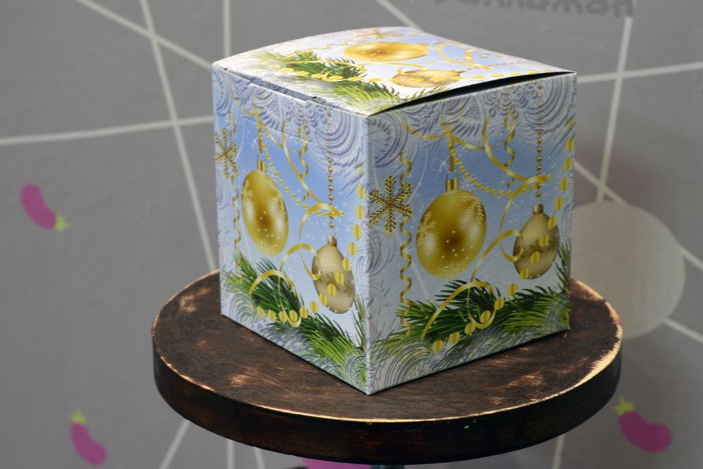 """Подарочная коробка под кружку """"Ёлочные шары"""" в Баклажан, студия вышивки и дизайна"""