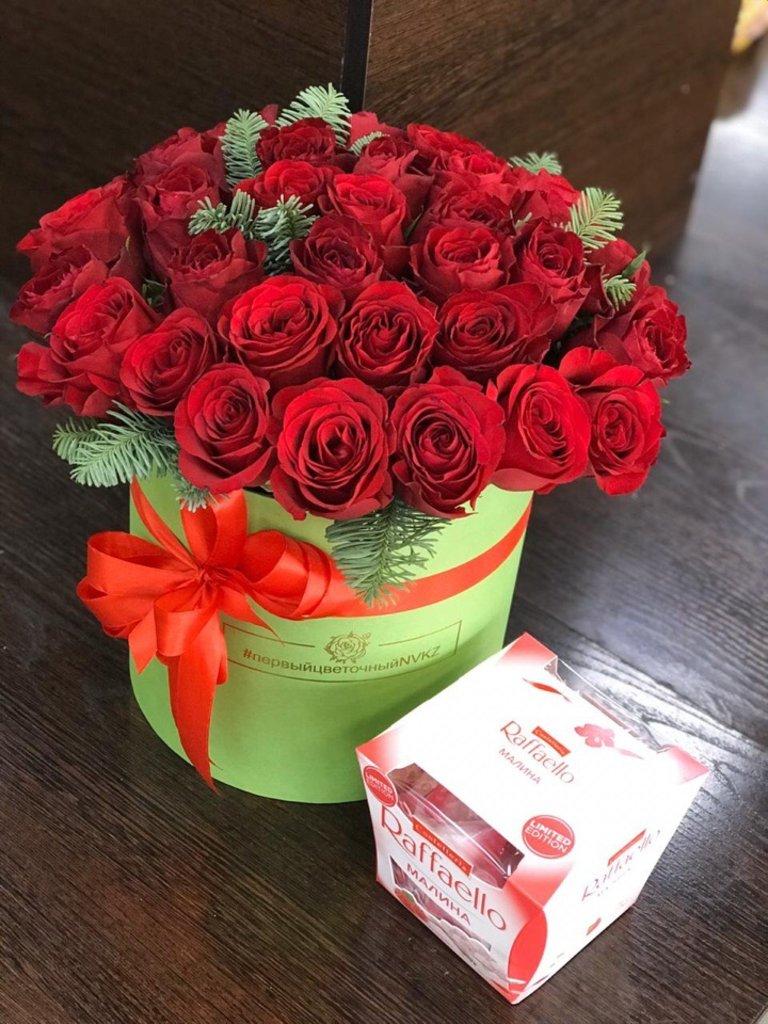 Композиции в коробочках: Композиция из роз с добавлением ели в Первый цветочный