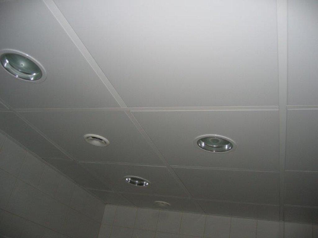 Кассетные металлические потолки: Кассетный потолок Cesal  Line белый матовый 3306  перф. d=2,3  600x600 в Мир Потолков