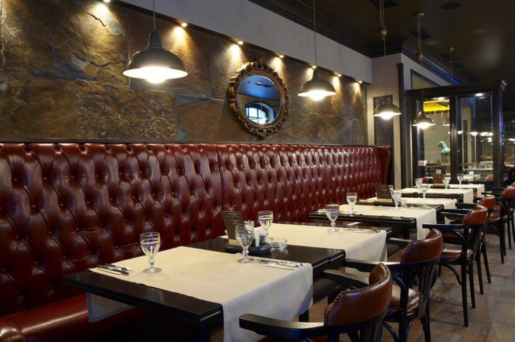 Мебель для кафе: Красная кожа в Амадео