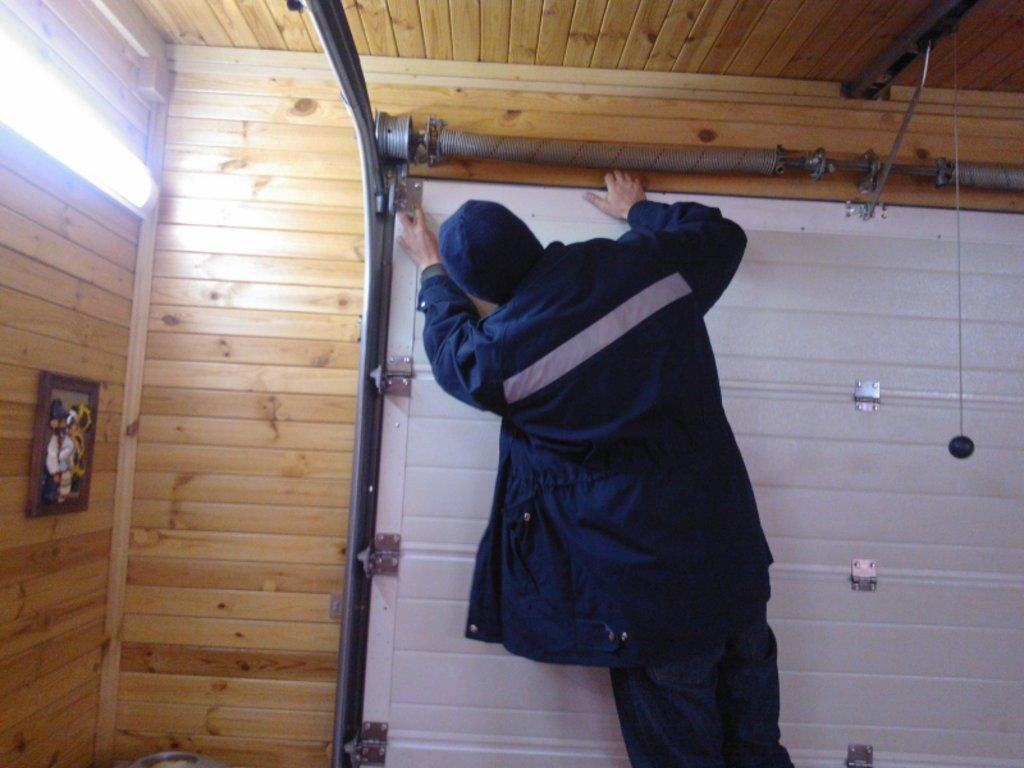 Услуги: Монтаж секционных ворот в АБ ГРУПП