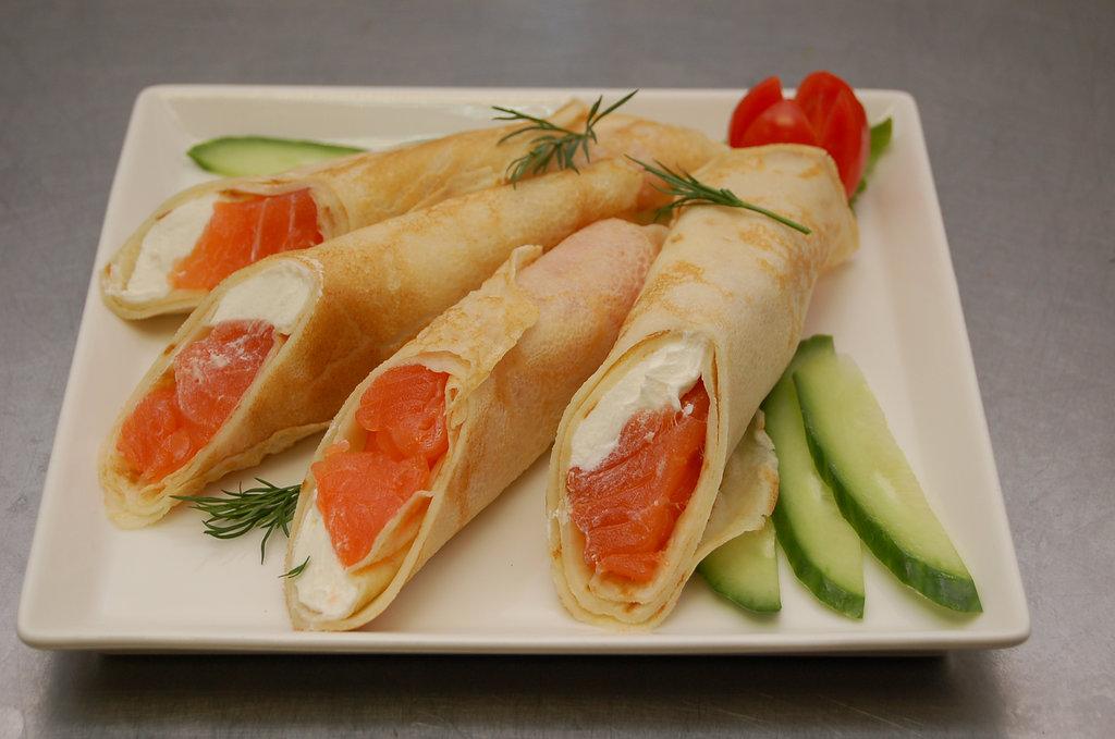 Закуски: Блины с лососем и творожным сыром в SH  ресторан, караоке зал