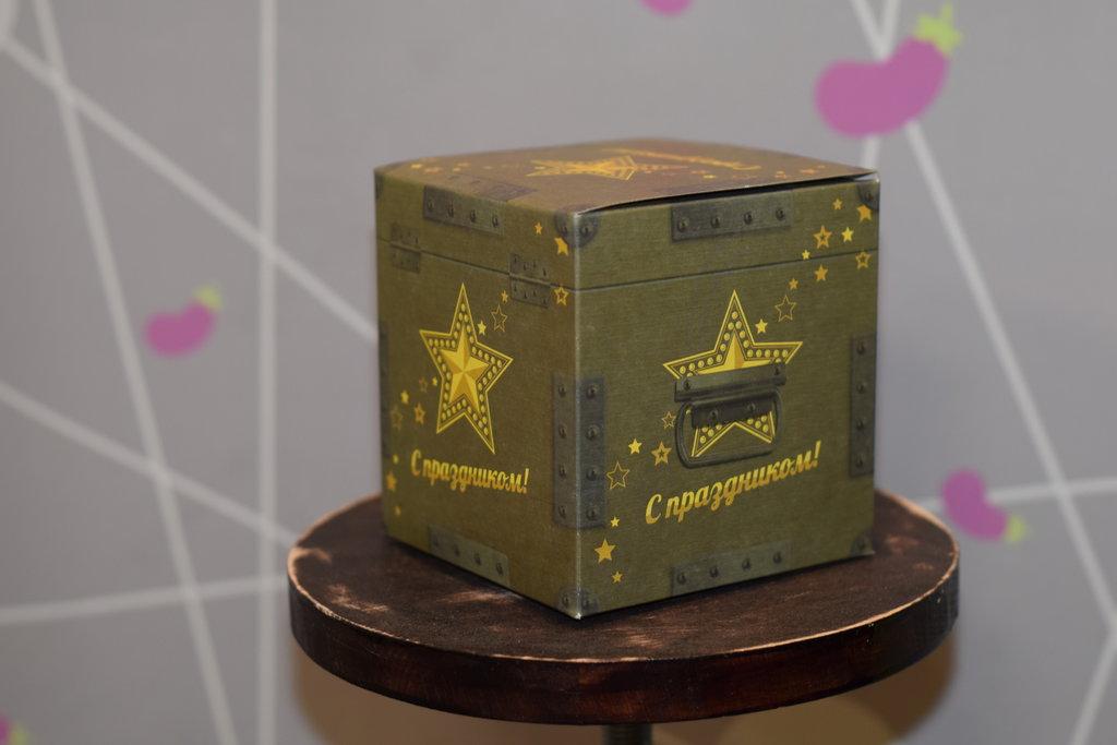 """Подарочная упаковка: Подарочная коробка под кружку """"Мужская"""" в Баклажан, студия вышивки и дизайна"""