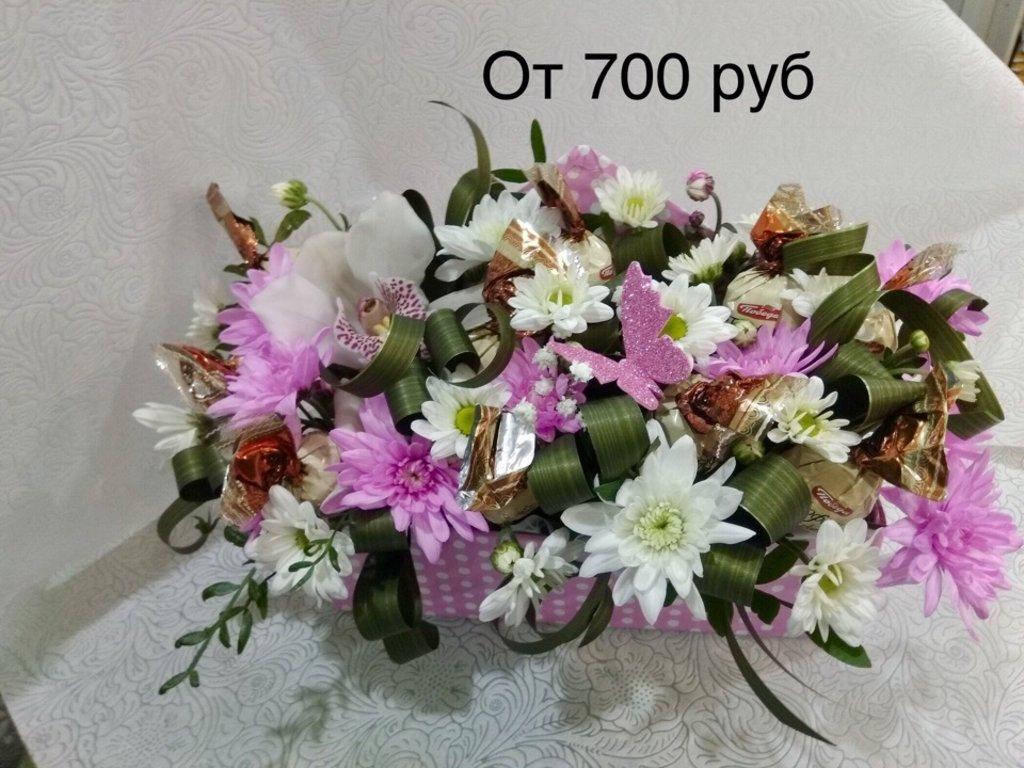 Композиции из живых цветов: Корзина с цветами и прдодуктами в Николь, магазины цветов