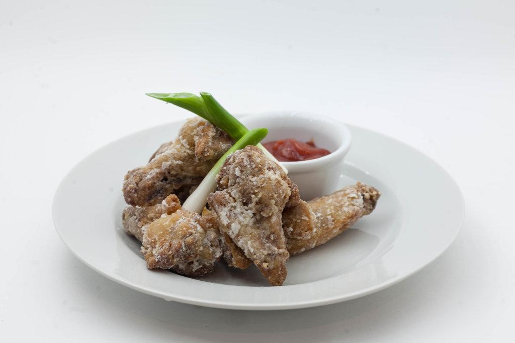 Горячие закуски: Крылья с острым соусом в Tokio