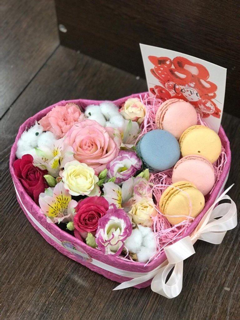 Композиции в коробочках: Композиция с печеньем макарунс в Первый цветочный