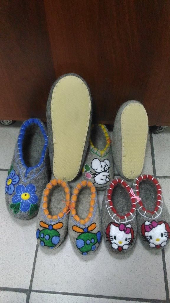 Унты, валенки, чуни мужские: Валяные тапочки с обшивкой и рисунком на подошве в Сельский магазин