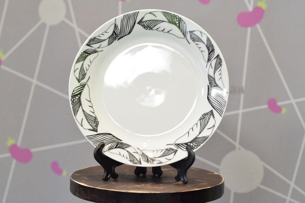 """Декоративные тарелки: Тарелка керамическая белая с каймой """"Перья"""" в Баклажан, студия вышивки и дизайна"""