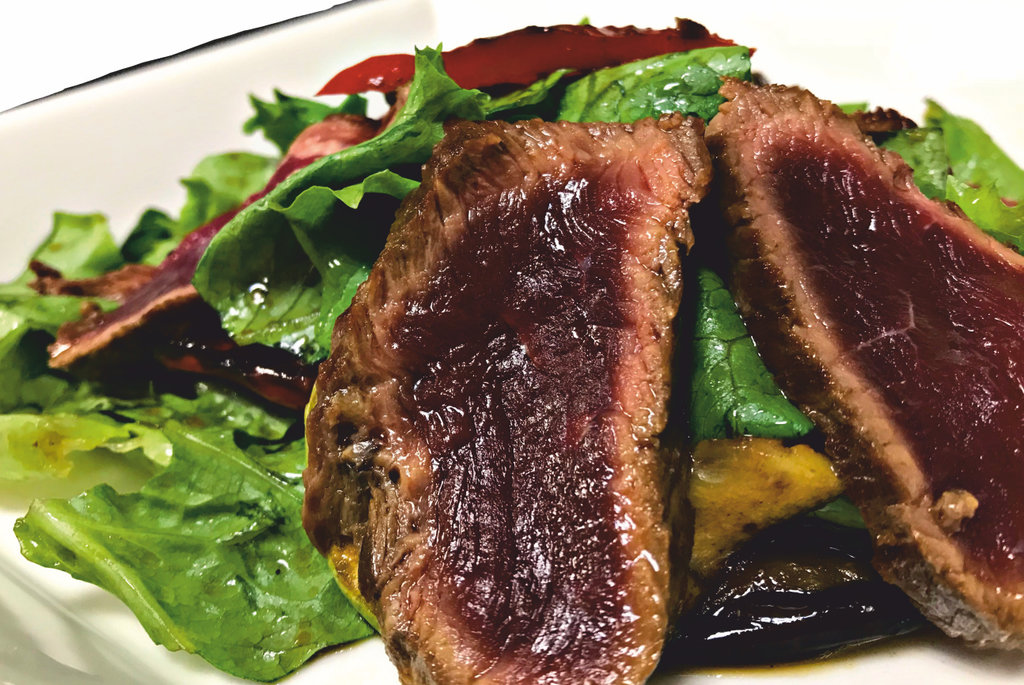 Салаты: Теплый салат с ростбифом в SH  ресторан, караоке зал