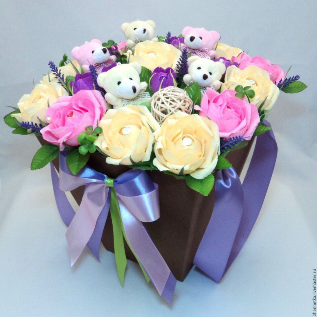 Цветы в коробке: Композиция из цветов с мягкими игрушками в коробке в Николь, магазины цветов