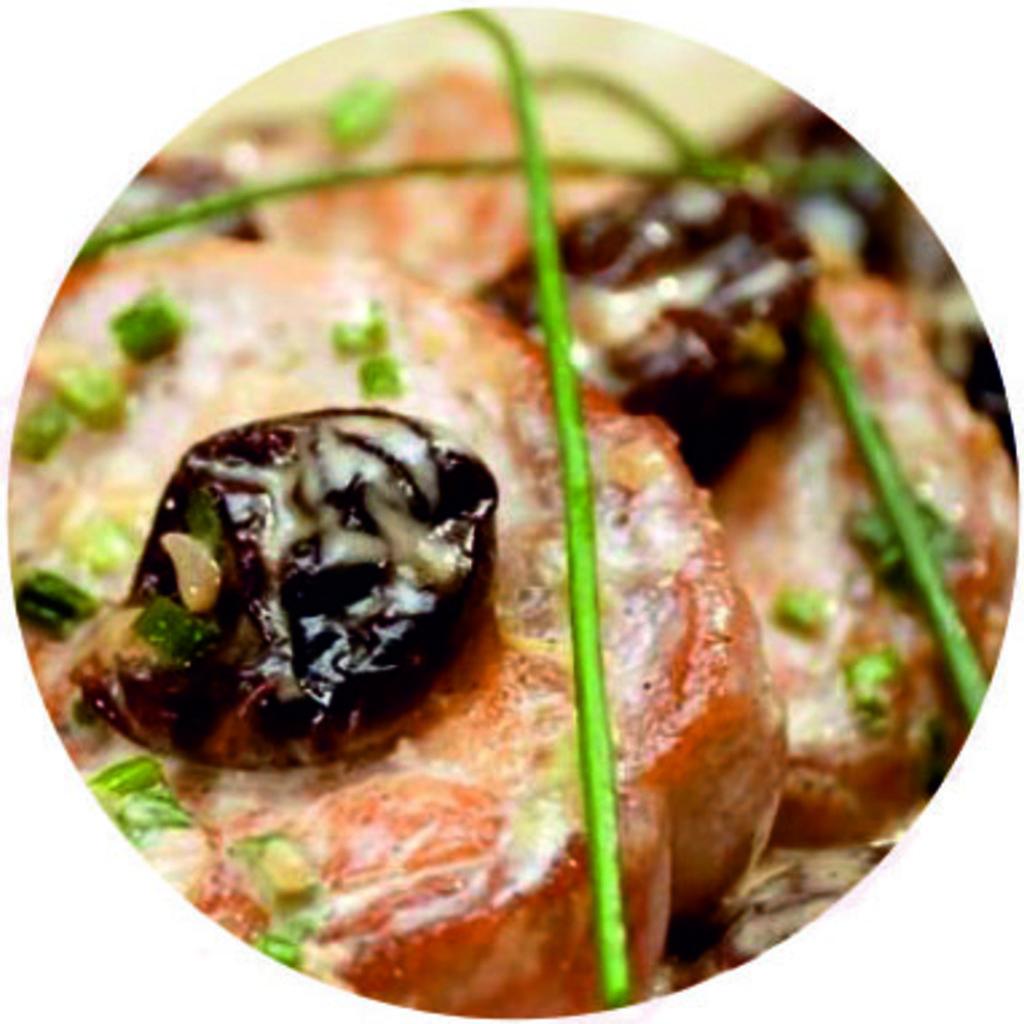 Горячие блюда: Отбивная свиная с черносливом и орехом в Обеды в офис Красноярск