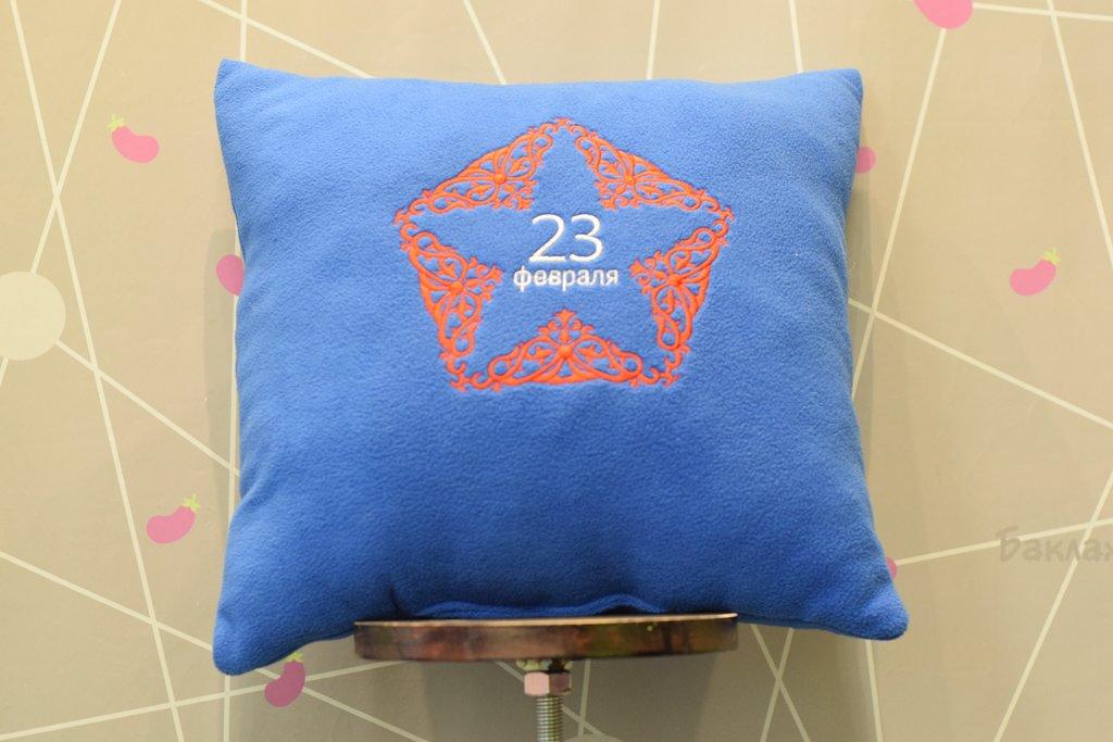 Декоративные подушки: Подушка флисовая в Баклажан, студия вышивки и дизайна