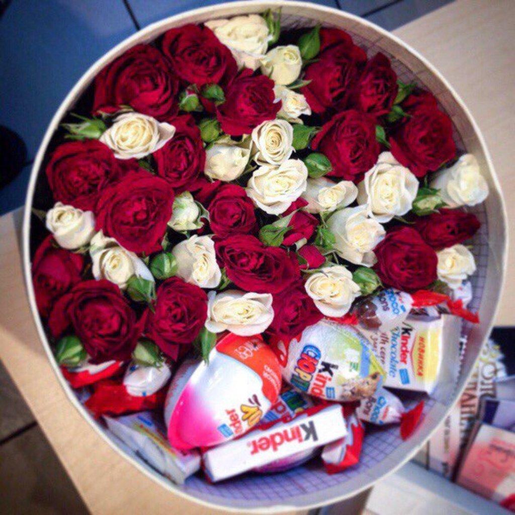 Цветы в коробке: Композиция из цветов в круглой коробке в Николь, магазины цветов
