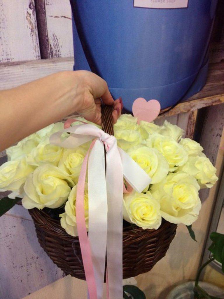 Корзины цветов: Корзинка (19 классических роз) в Botanique №1,ЭКСКЛЮЗИВНЫЕ БУКЕТЫ