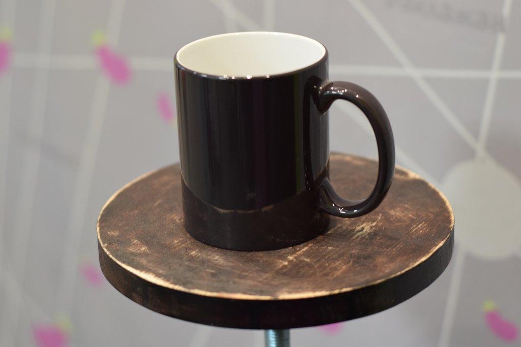 Чашки и кружки: Кружка хамелеон черная в Баклажан, студия вышивки и дизайна