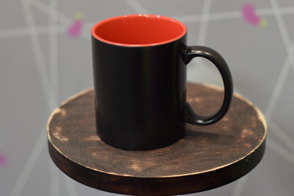 Чашки и кружки: Кружка хамелеон черная внутри цветная в Баклажан, студия вышивки и дизайна
