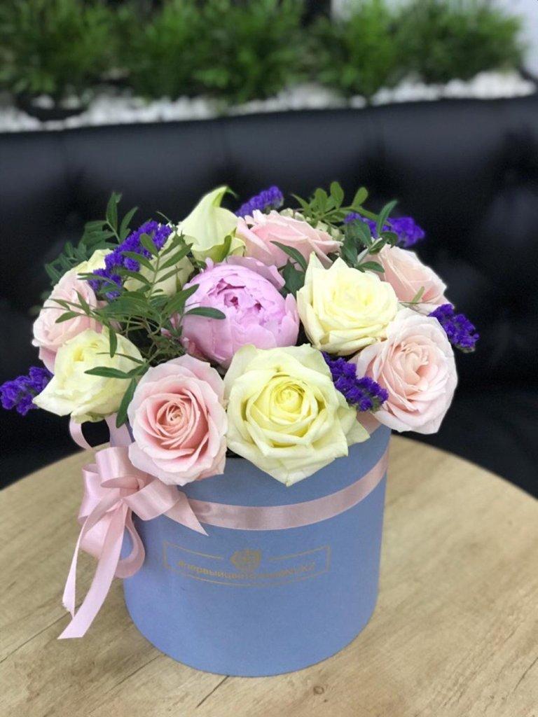 Шляпная коробочка с добавлением пионов в Первый цветочный