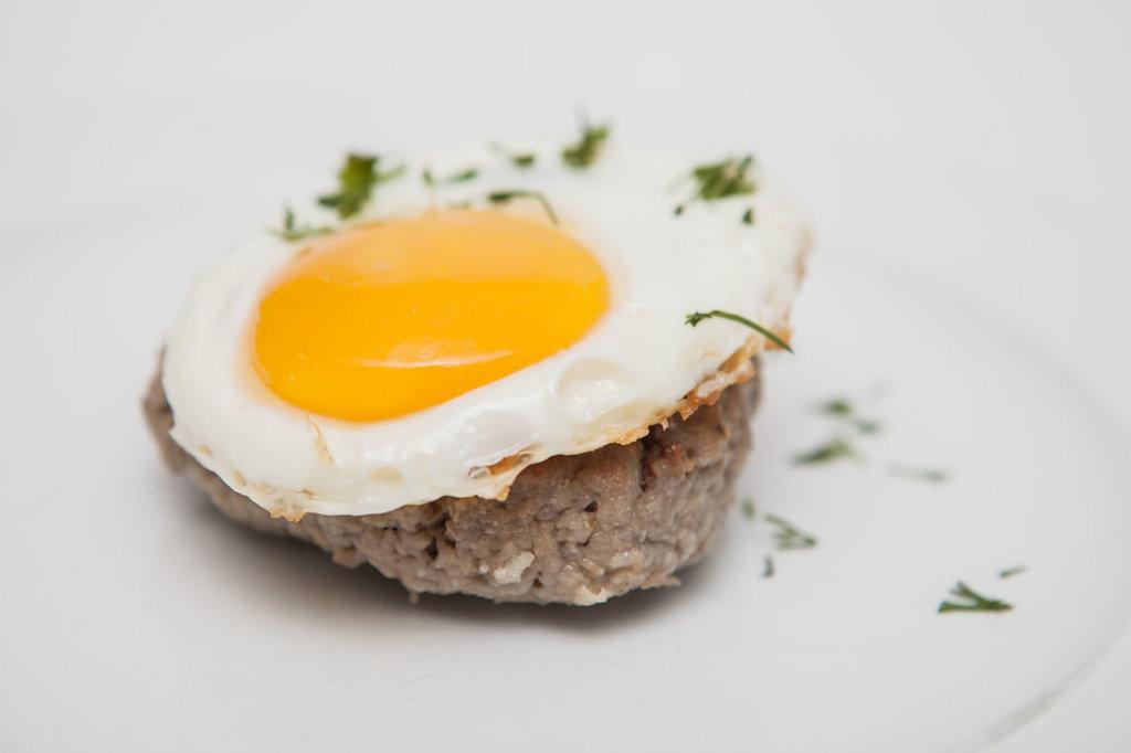 Понедельник: Бифштекс с яйцом+гарнир 280гр в Смак-нк.рф