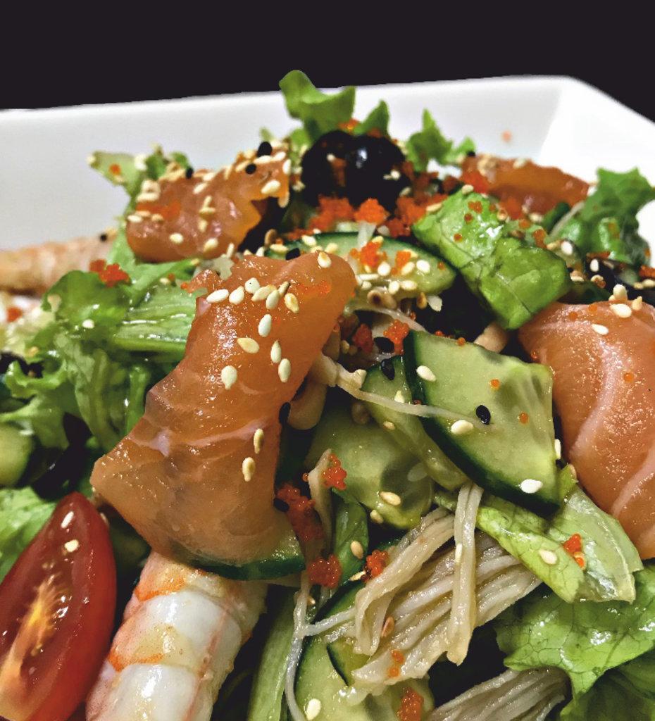 Салаты: Салат с морепродуктами в SH  ресторан, караоке зал