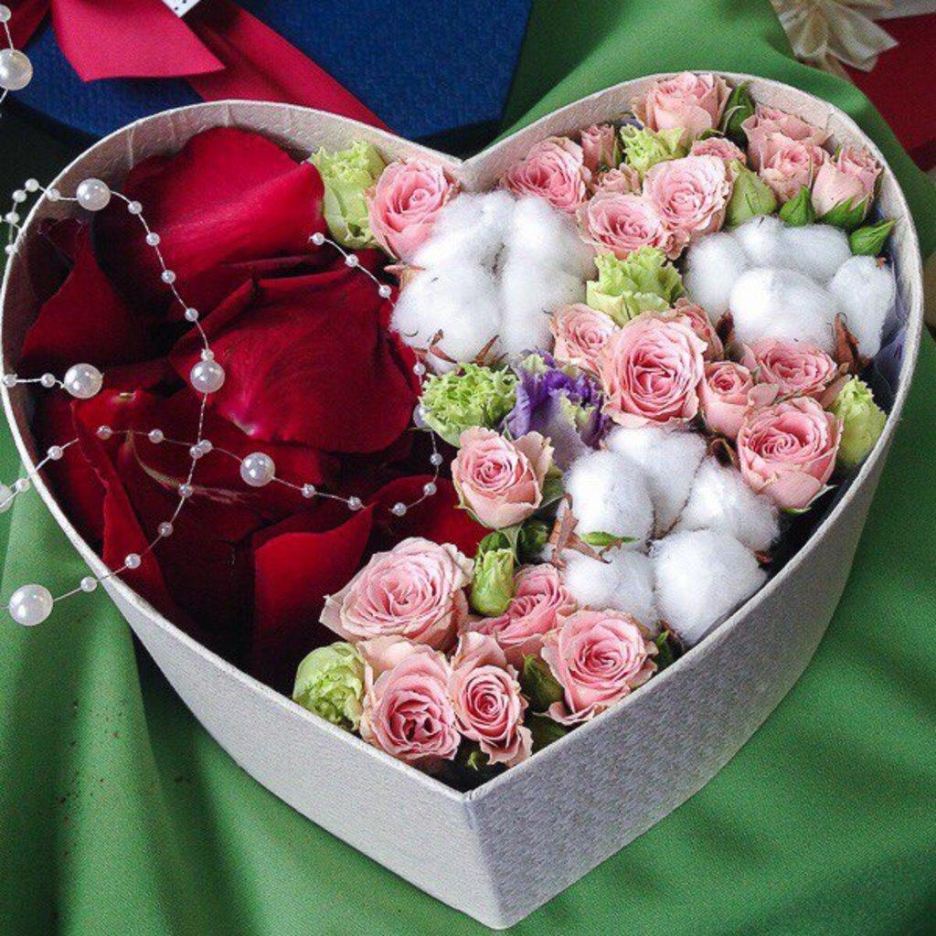 Цветы в коробке: Композиция из цветов в коробке-сердце в Николь, магазины цветов
