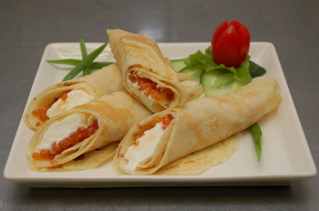 Закуски: Блины с икрой лосося и творожным сыром в Restorant SH
