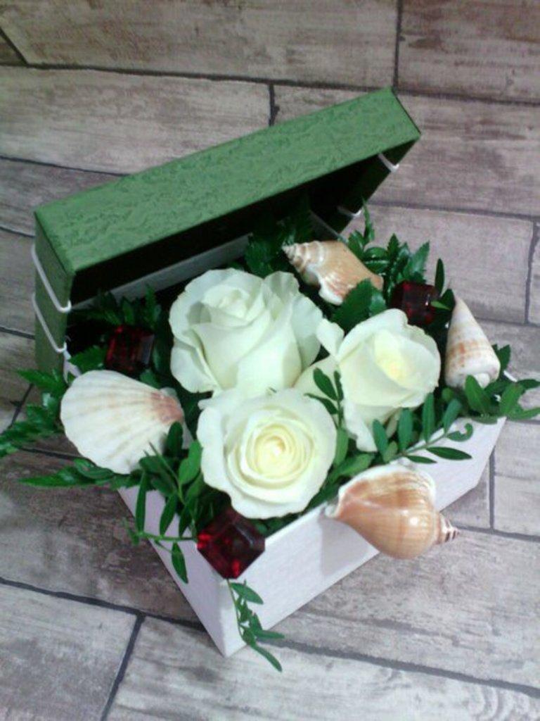 Цветы в коробке: Композиция из цветов в квадратной коробке в Николь, магазины цветов