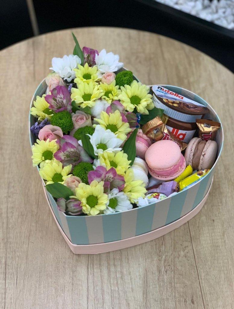 Миксованные букеты: Коробка сердце со сладостями в Первый цветочный
