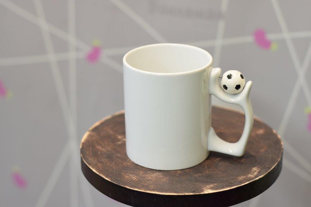 Чашки и кружки: Кружка белая с мячом в Баклажан, студия вышивки и дизайна