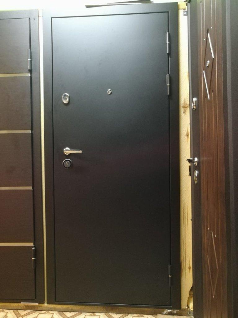 Двери Титан: Дверь Титан T1 Лиственница черное стекло, алюминиевый молдинг в Модуль Плюс