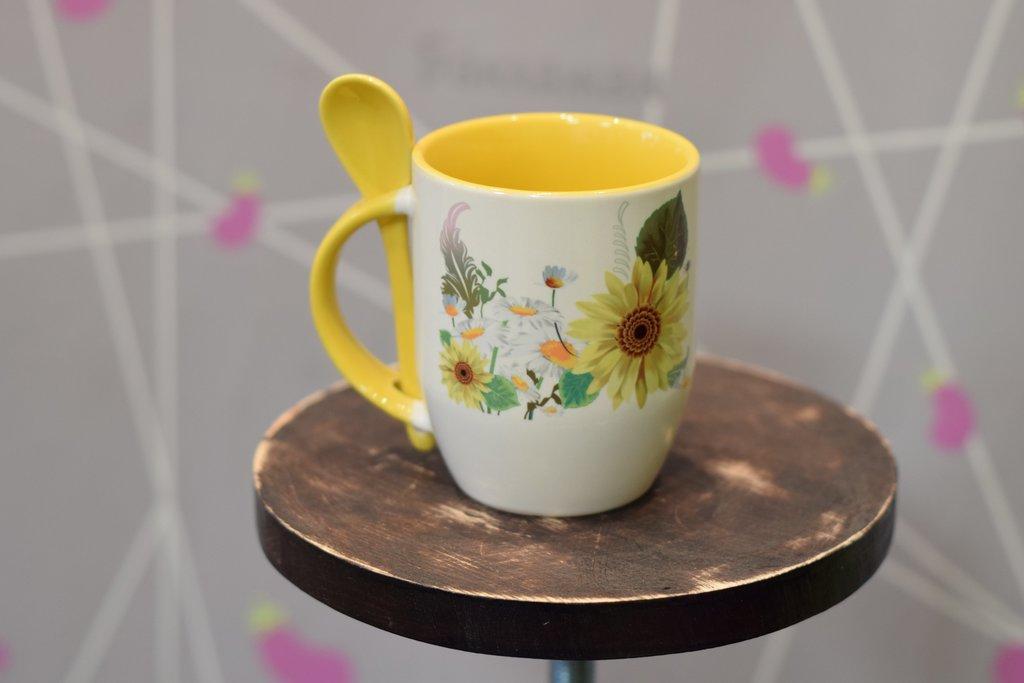 Чашки и кружки: Кружка белая с ложкой, внутри цветная в Баклажан, студия вышивки и дизайна