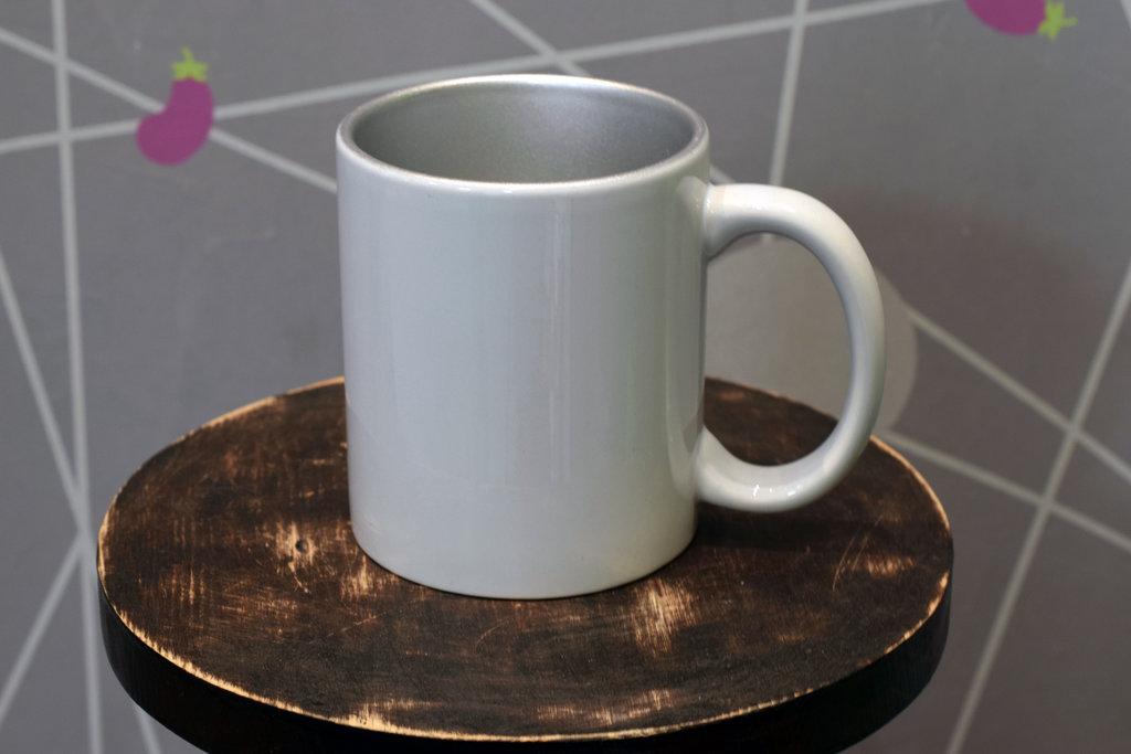 Чашки и кружки: Кружка белая керамическая серебряная внутри в Баклажан, студия вышивки и дизайна
