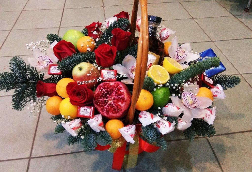 Букеты из конфет, фруктов, овощей, чая: Букет из фруктов и конфет в Николь, магазины цветов