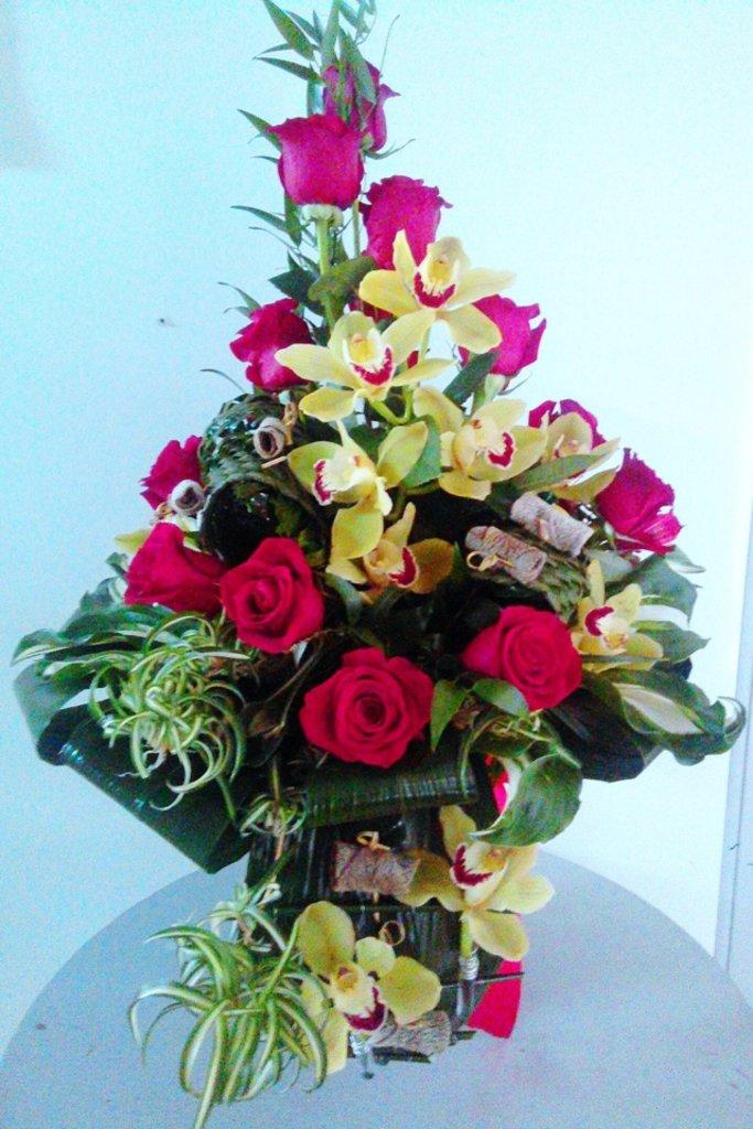 Букеты: Букет из орхидеи, роз и зелень в Николь, магазины цветов