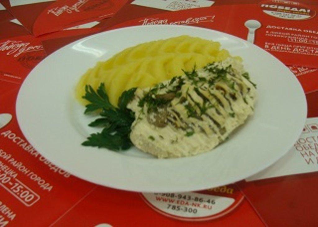 Пятница, 19 апреля: Куриная грудка с грибами + Пюре картофельное (100 г.) в Победа! Пора обеда